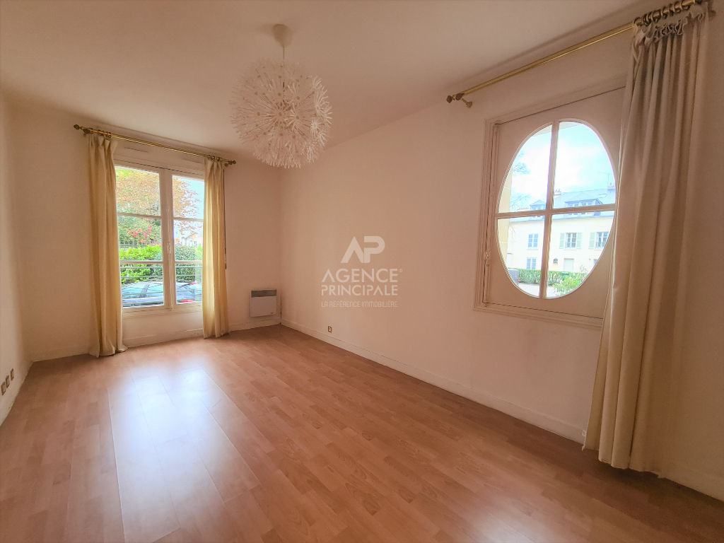 Versailles Parc Grand studio 31.70 m² carrez avec place de parking -